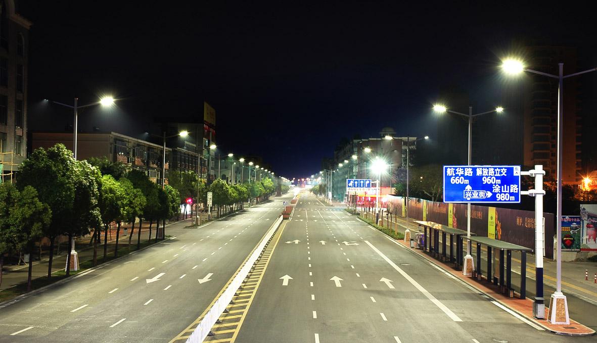 双向八车道,属于城市主干道,路宽23米,中间隔离带0.5米,绿化带2米,非机动车道5米。数量为1143盏。灯具安装:220W+115W,两侧对称布灯,安装高度10米(7米),灯臂1.8米(1米).杆距30米。平均照度:机动车道:35lx(均匀度0.7);辅 道:18lx(均匀度0.6);人街道:10lx(均匀度0.